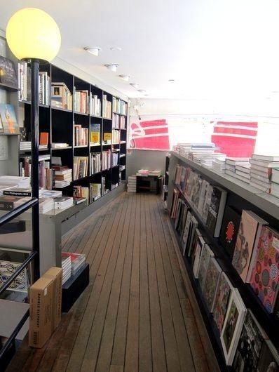 書店採用各種夾層空間,沒有特別區分樓層,圖中是攝影書籍專門區。 宋宜馨