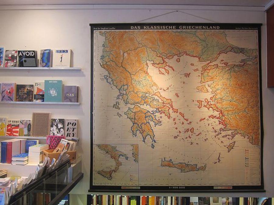 塞得滿滿的書店,難得清出一個大空間展示舊地圖。 宋宜馨
