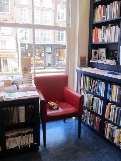 書店沒甚麼閱讀空間,這張椅子似乎是店內唯一一張。 宋宜馨