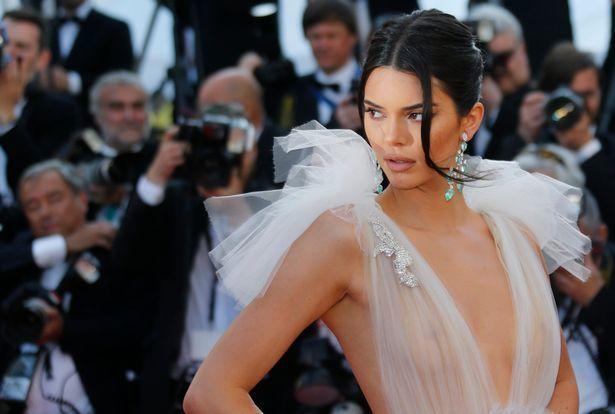肯達爾詹納穿上超暴露的服裝出席坎城影展放映活動。圖/路透資料照片
