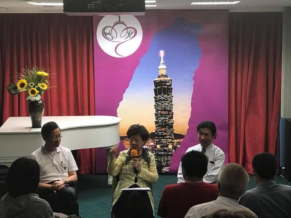 呂秀蓮(中)4月30日與前行政院長張善政(左)對談。圖/取目呂秀蓮臉書