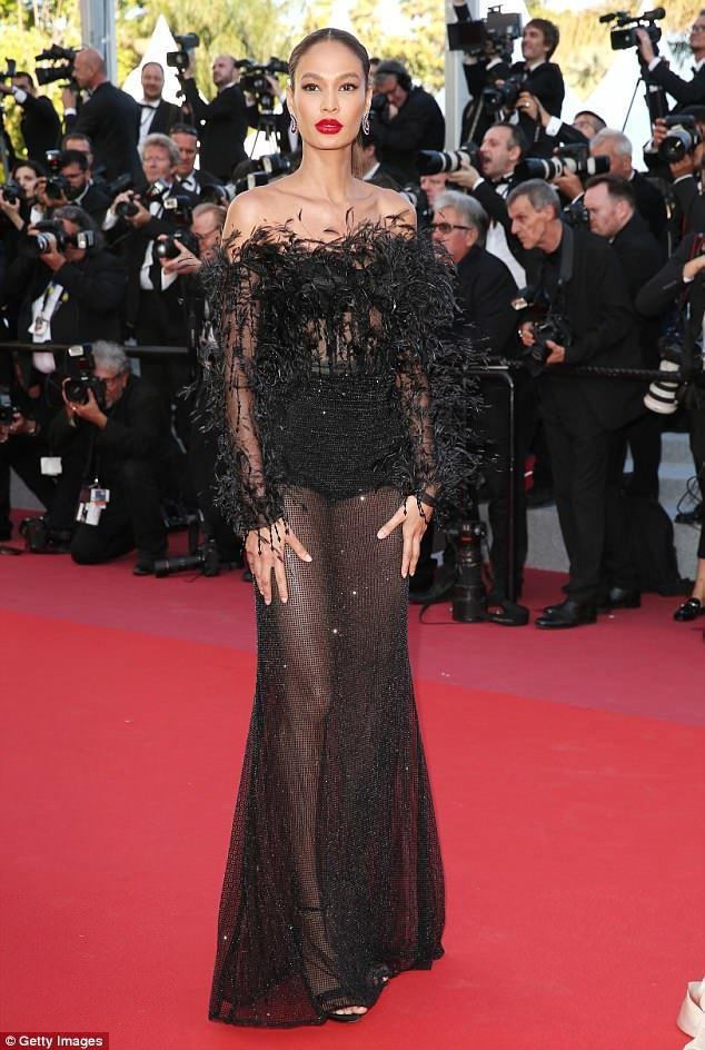 超模Joan Smalls的Roberto Cavalli黑色薄紗羽毛禮服,也展...