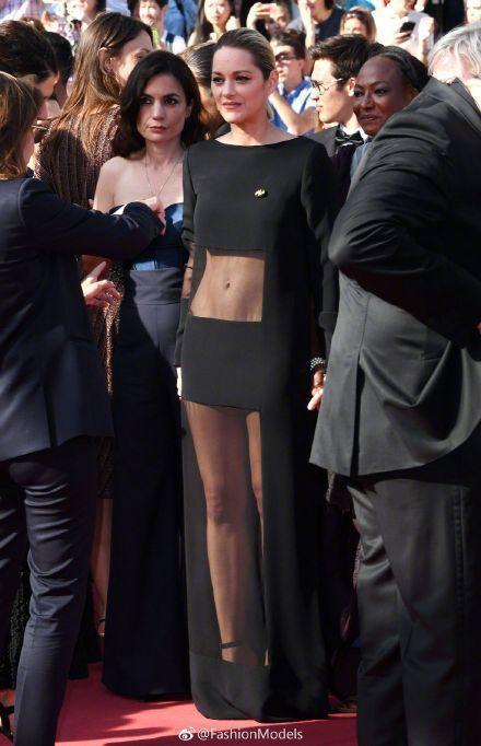 瑪莉詠柯蒂亞穿上Guy LaRoche黑色薄紗走上紅毯,露出整個腰部與美腿,也像...