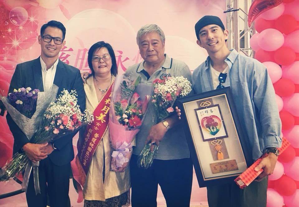 修杰楷(右)一家人出席桃園「模範母親」頒獎典禮。圖/摘自臉書