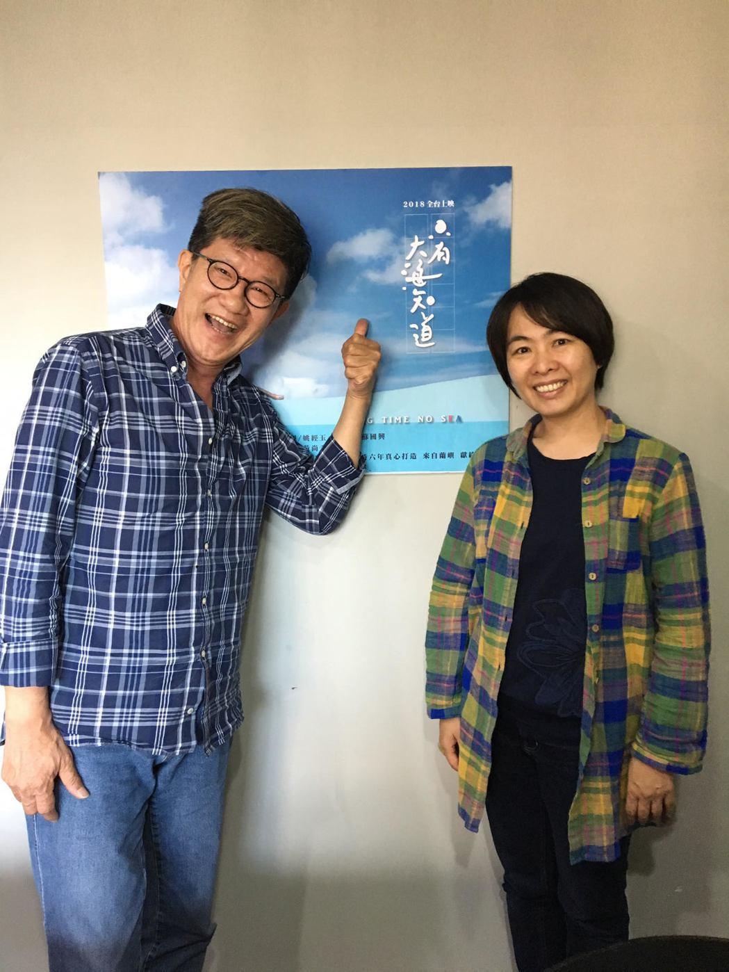 名導虞戡平(左)力薦「只有大海知道」,稱讚是當代最好看的電影,右為導演崔永徽。圖...