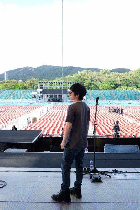 五月天「人生無限公司」巡演從4日到13日一連6場在香港迪士尼樂園幻想道露天場地登場,今(13日)是母親節,也是演唱會的壓軸場,晚上開唱之前,怪獸在臉書po文紓發想念母親的心情,說「我的吉他上有一片天...