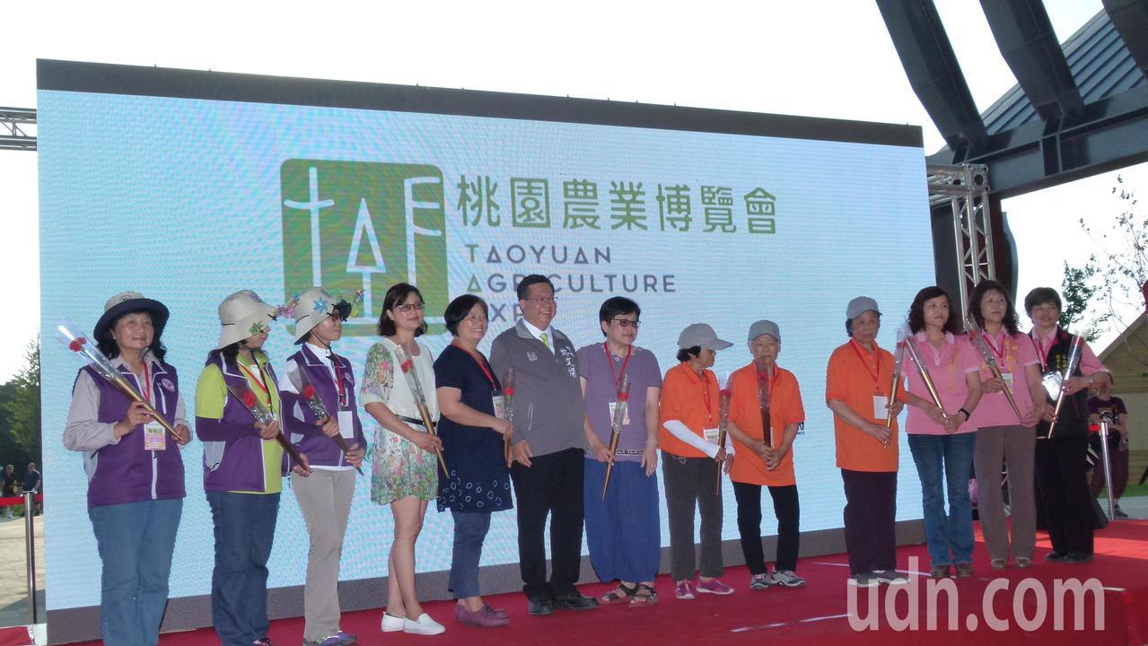 鄭文燦(左6)表示要製作精美紀念章感謝農博志工付出。記者鄭國樑/攝影