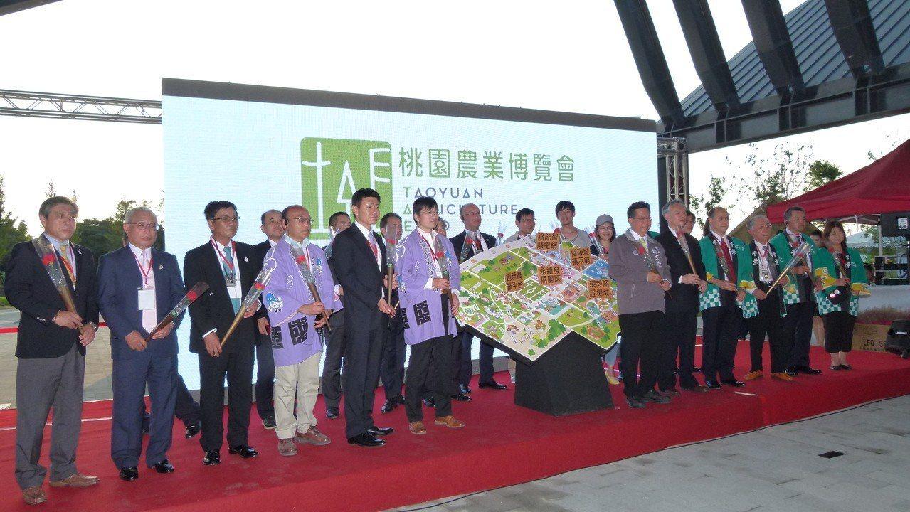 日本千葉縣熱情組團參加桃園農博,昨天參加閉幕典禮也是陣容龐大。記者鄭國樑/攝影