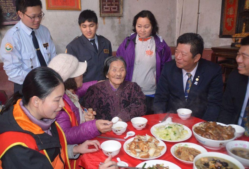 華山基金會龍潭愛心天使站志工,今年過年前就送熱騰騰年菜陪96歲賴奶奶(前排左三)...
