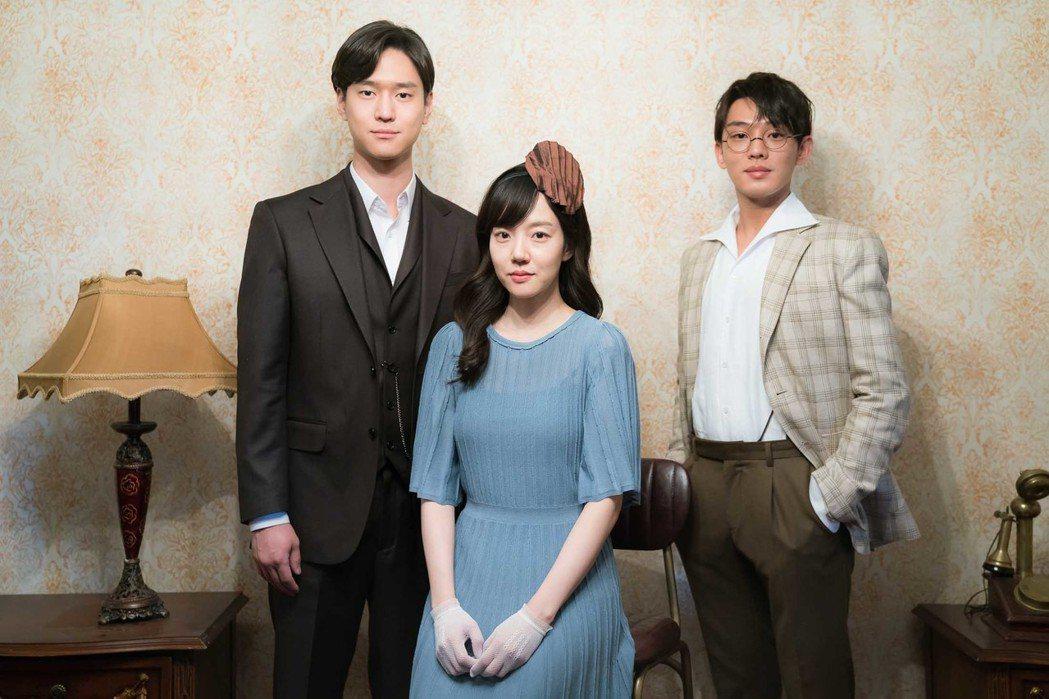 劉亞仁(右起)、林秀晶、高庚杓3 人在戲中因打字機串起一段愛情故事。圖/東森提供