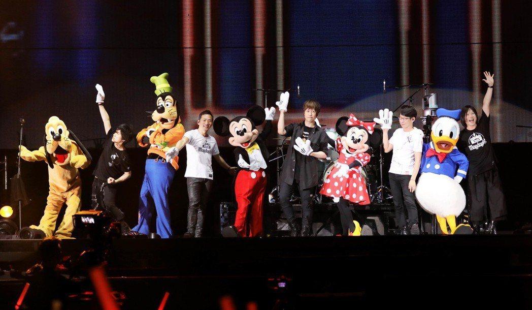 五月天香港巡演最後一場請來米奇、米妮、唐老鴨、布魯托和高飛當嘉賓。圖/相信音樂提