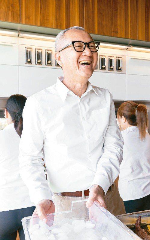 在廚房裡,大老闆也有輕鬆的一面。 攝影/陳立凱