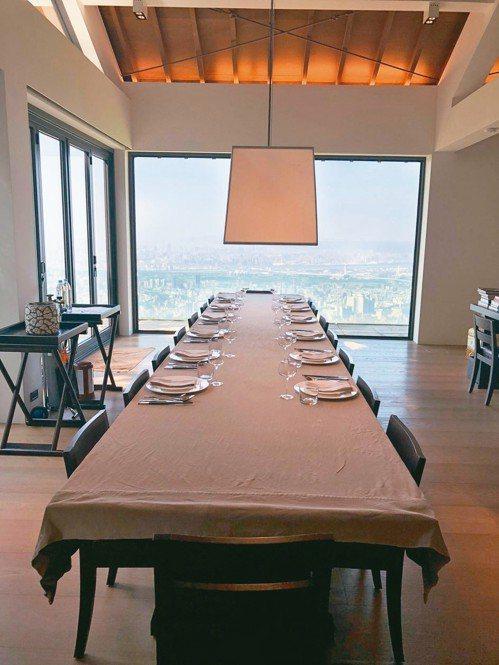 陳泰銘堪稱「最有品味企業家」。俯看台北盆地,陳家的餐桌有無價的窗景。 攝影/陳立...