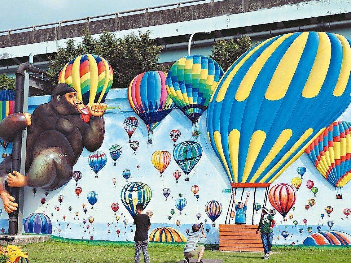 新北高管處的河濱藝廊繼去年彩繪中國十大名畫後,上月在華江水門周邊平面彩繪結合立體...