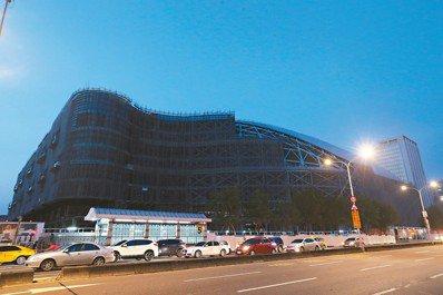 五月廿日大巨蛋停工將滿三周年,台北市長柯文哲今赴議會專案報告大巨蛋,各方關注大巨...