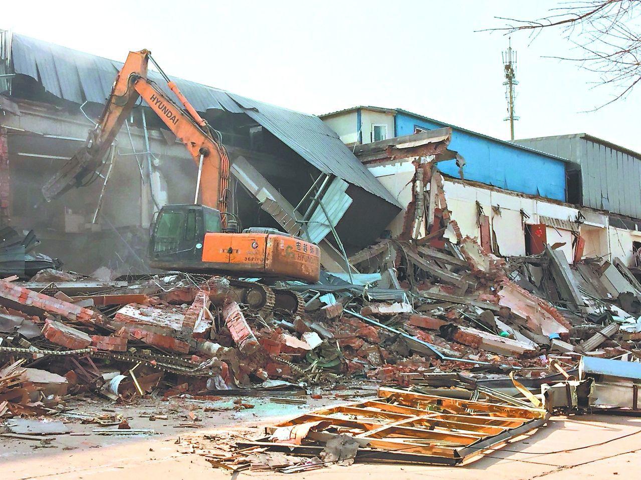 北京大力拆毀住戶原有房舍。記者汪莉絹/攝影