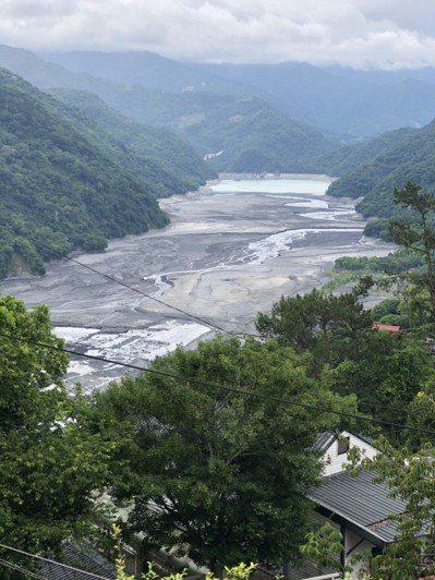 霧社水庫最近水位降低乾涸見底,整座水庫如同超大的砂石場。 記者江良誠/攝影