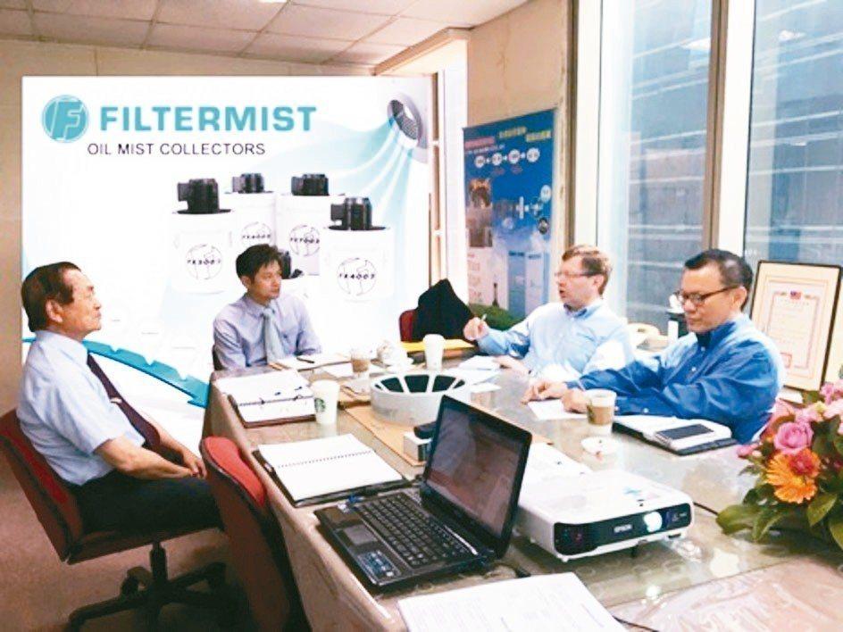 英商FILTERMIST公司國際業務經理Mr. Stuart Plimmer(右...