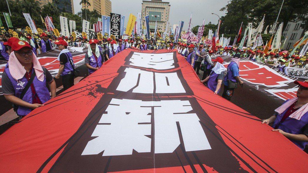 知情官員晚間表示,施俊吉今天傍晚召集勞動部、經濟部與國發會,就基本工資月薪和最低...