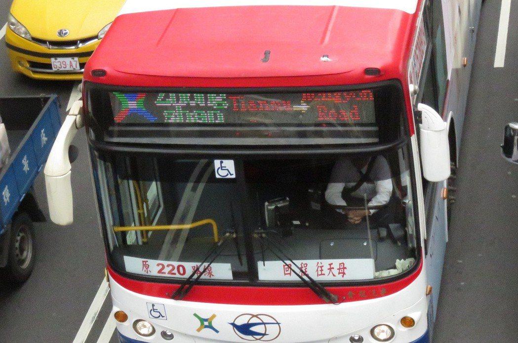 台北市公車中山幹線車頭LED指示器的字在白天顯示出綠、白、藍等多種顏色,缺少一致...