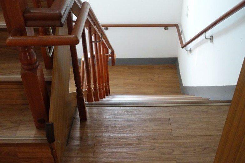 新的臨時安置中心在廁所旁就有不利身障者的危險樓梯,卻無法加以改善。 攝影/葉靜倫