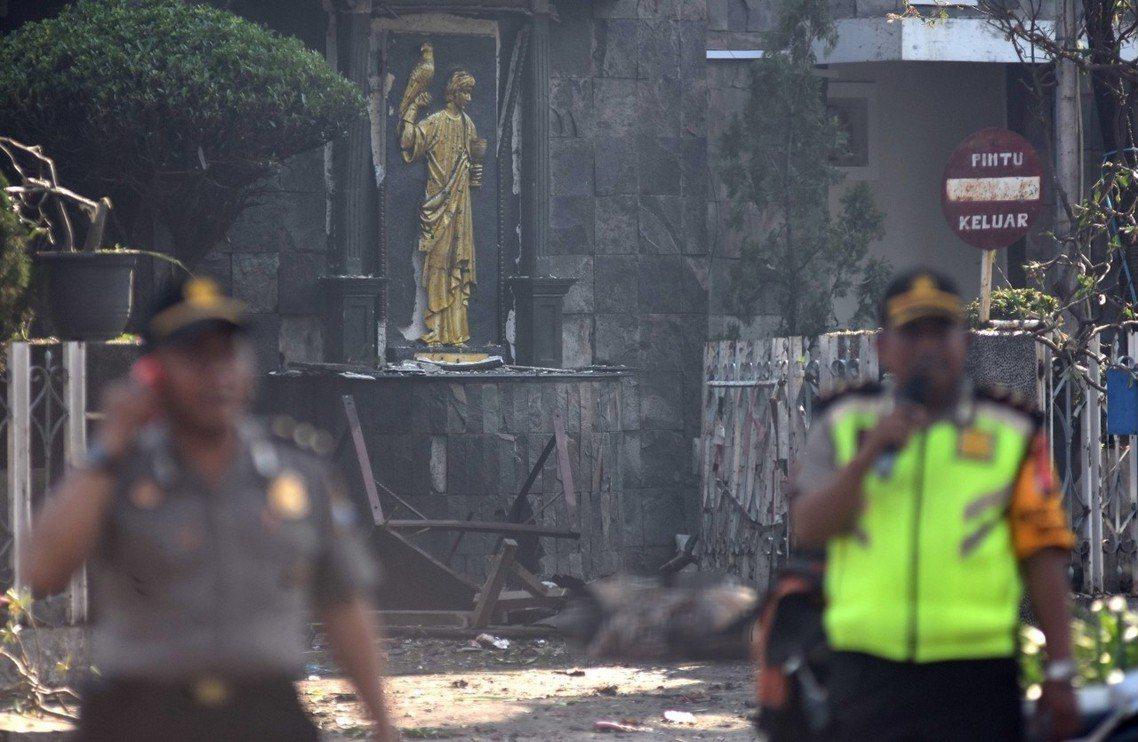 第一顆炸彈引爆點:泗水聖母瑪利亞無瑕天主教堂(SMTB)。 圖/路透社