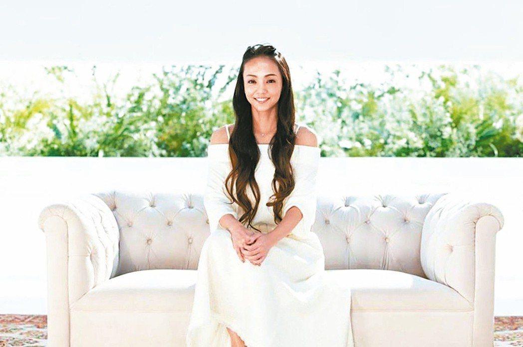 安室奈美惠宣布引退。天后們慣愛在告別時穿白紗。(圖/取自推特)