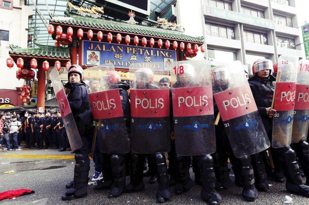 2015年,聲援總理納吉的「紅衫軍」,抗議茨廠街不應由華人獨佔。