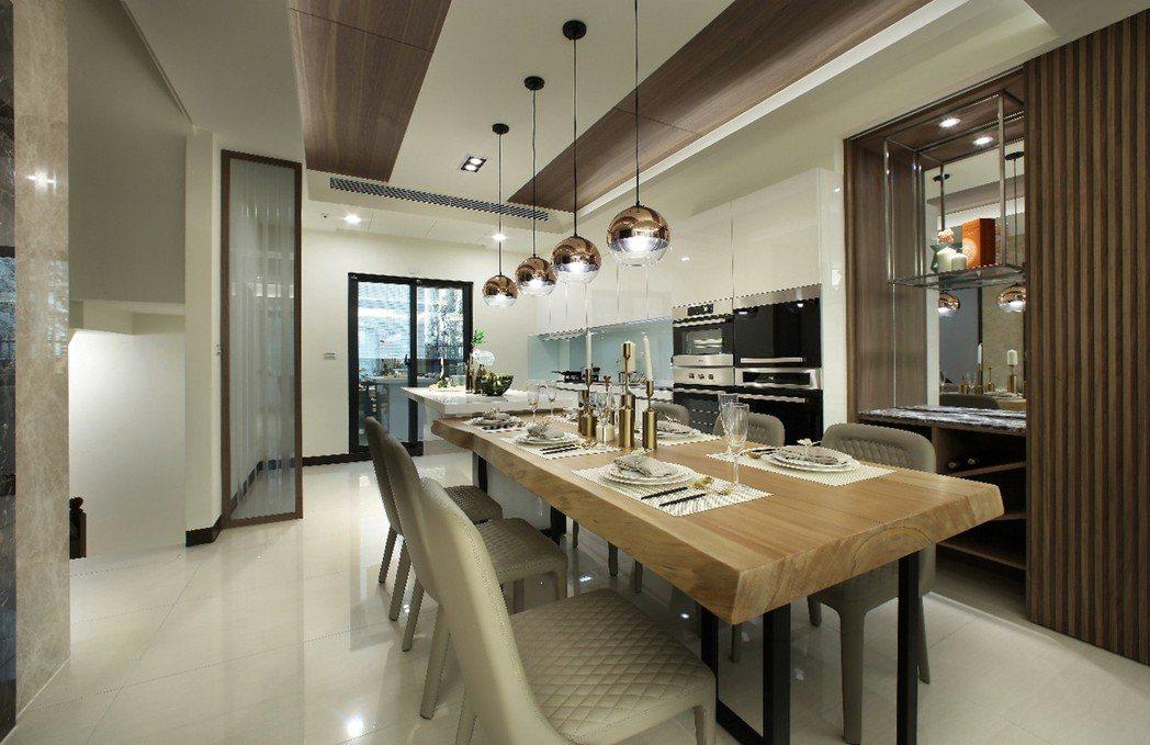 開放式餐廚空間,整體歐風美型廚具,完善收納機能,流暢動線,輕鬆料理家的美味。 圖...
