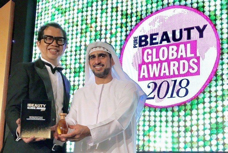 歐萊德董事長葛望平日前飛往杜拜,領取全球美妝大獎「全球最佳天然美妝品」首獎,與杜...