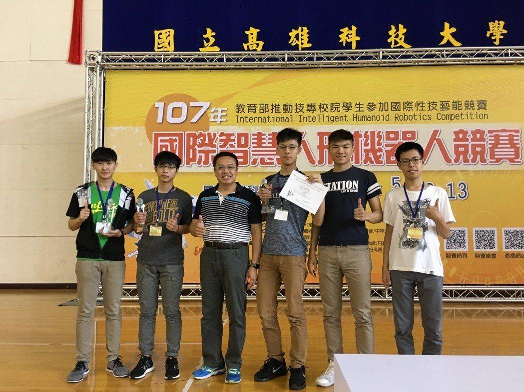 參賽團隊得獎照片(左三 李金譚) 金大/提供。