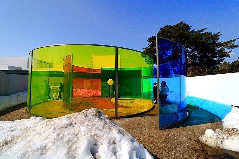 三原色交錯彩色屋模樣如迷宮。