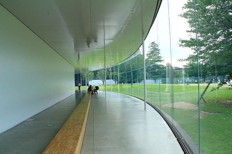 館內大量透明玻璃,使建築更顯輕盈。