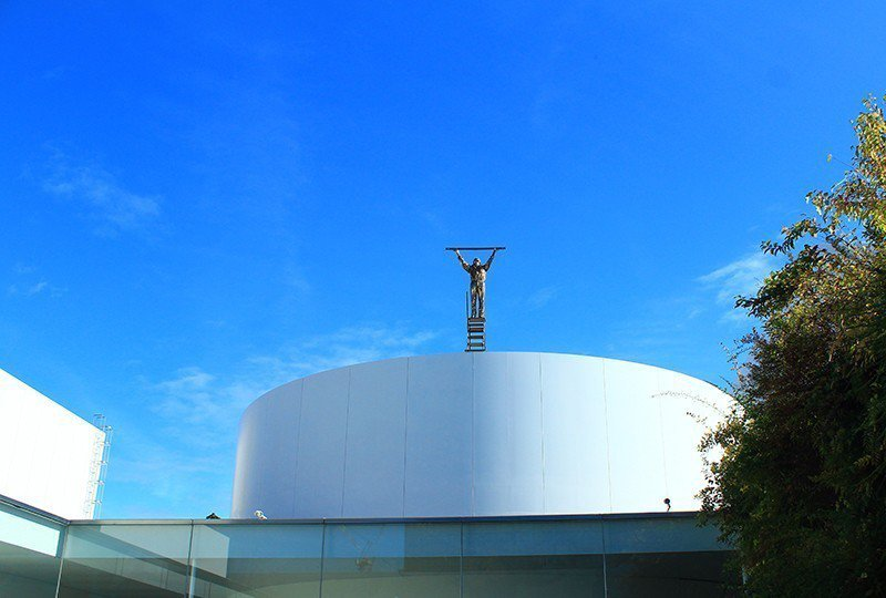 屋頂上的小巨人在仰望什麼?