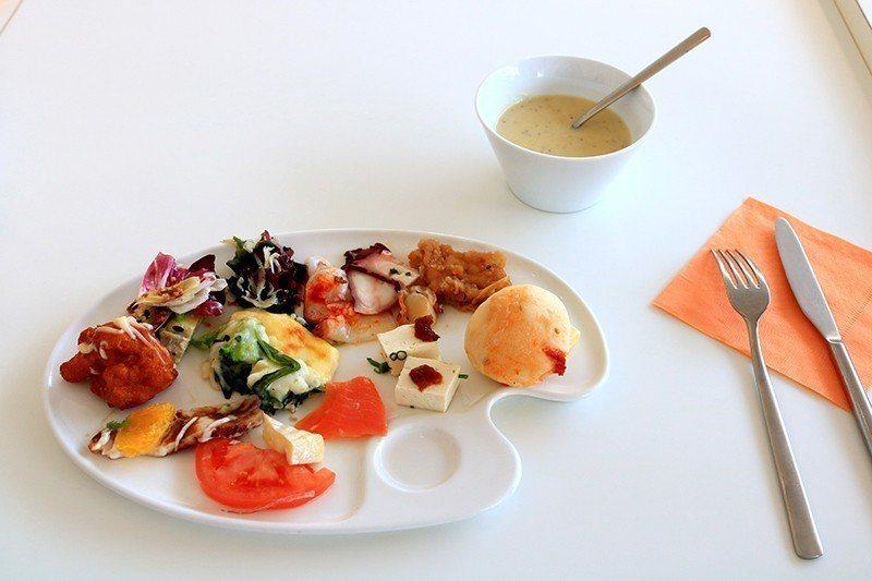 以調色盤為食器,與美術館相呼應。
