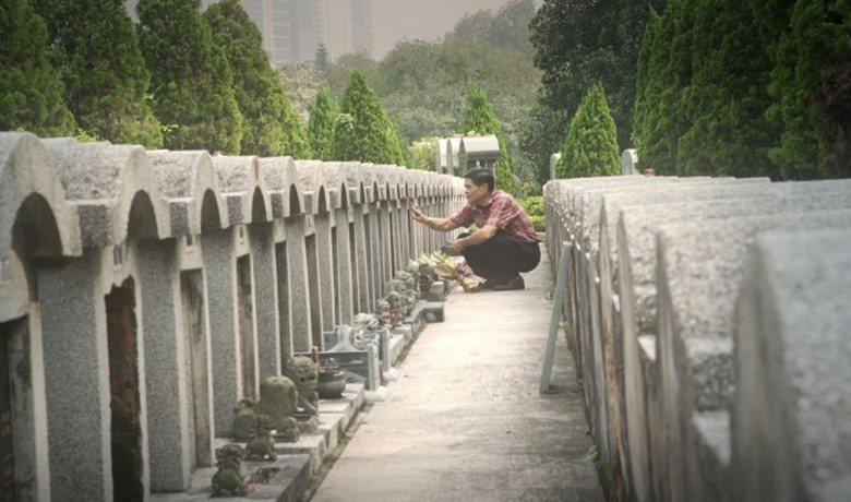 導演帶領父親一家人回到公公遠在霹靂州實兆遠的老木屋,到墳地掃墓。 圖/TIDF提...