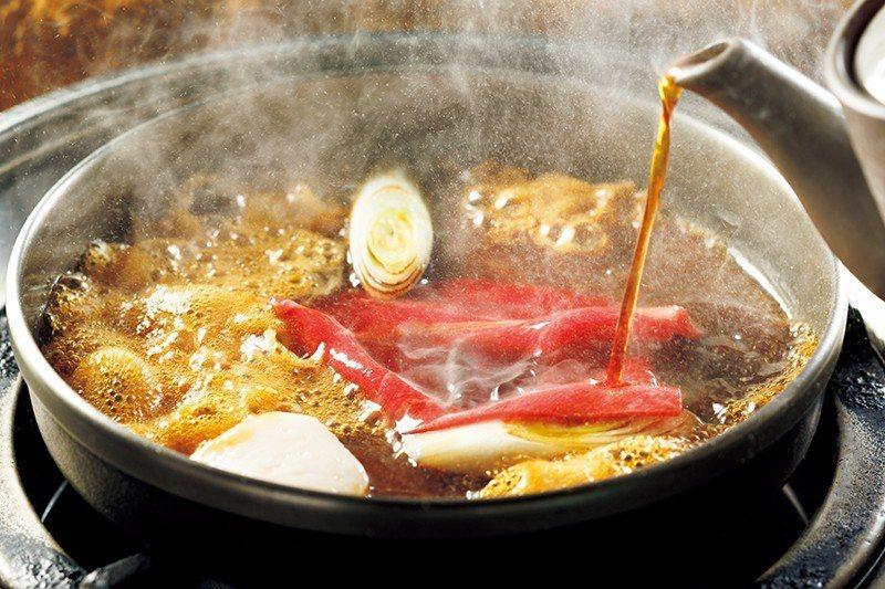壽喜燒分為桐、楓、樁3種等級,使用「油脂適中的霜降牛肉」的桐 ¥9900/人 ,...