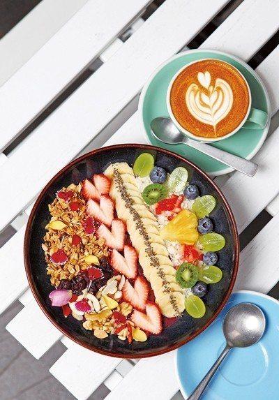 巴西莓碗380元(前)/以巴西莓萃取物搭配草莓、藍莓、香蕉等新鮮水果,熱量低、擺...
