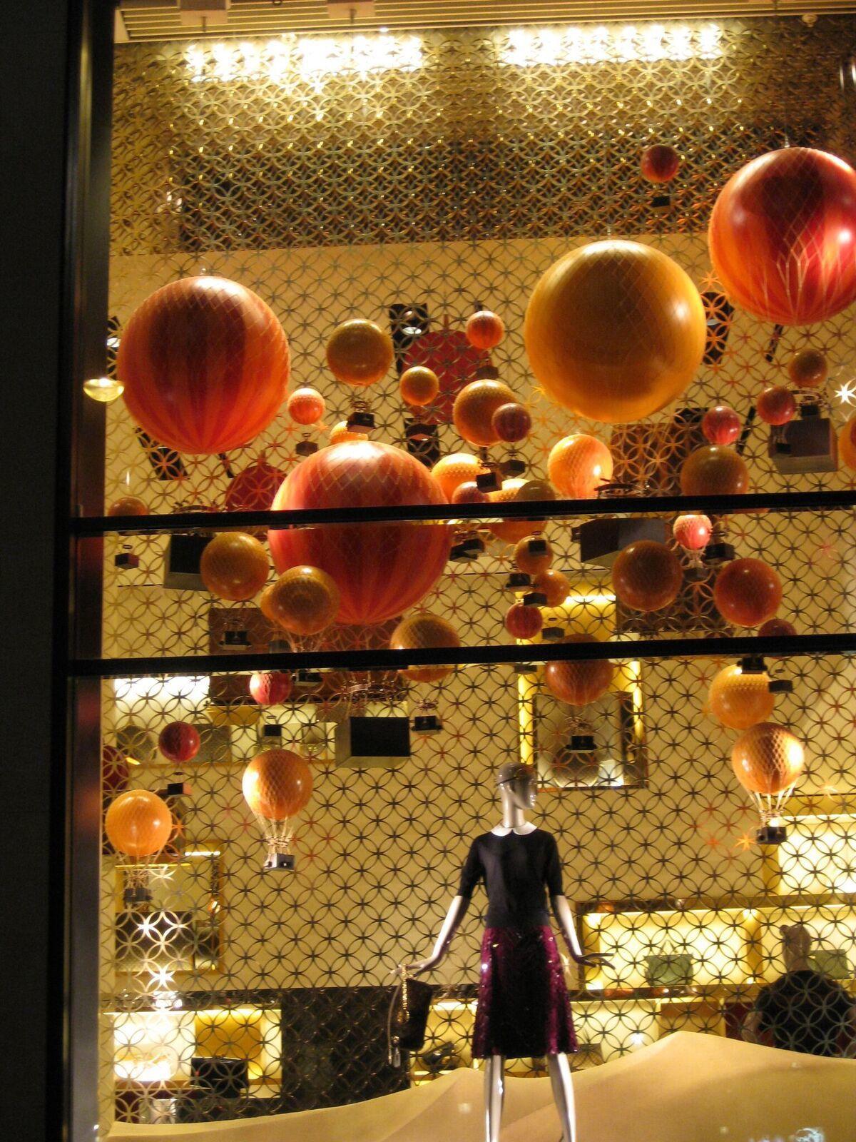 歐瑟蒂克為LV櫥窗量身訂製熱氣球及飛機模型。圖/寬庭K'space提供