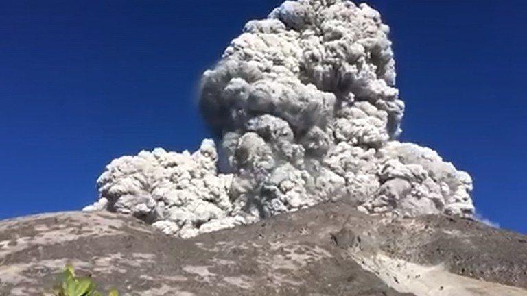 印尼爪哇島的默拉皮火山(Mountain Merapi)11日上午爆發,火山灰直...