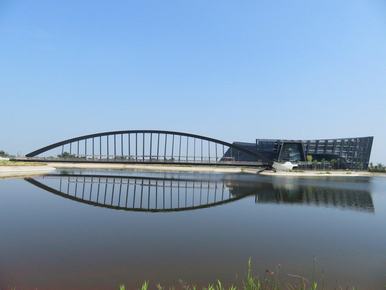 故宮南院有2座總面積13公頃人工湖,位在園區中央,分為南側至善湖與北側至德湖。記...