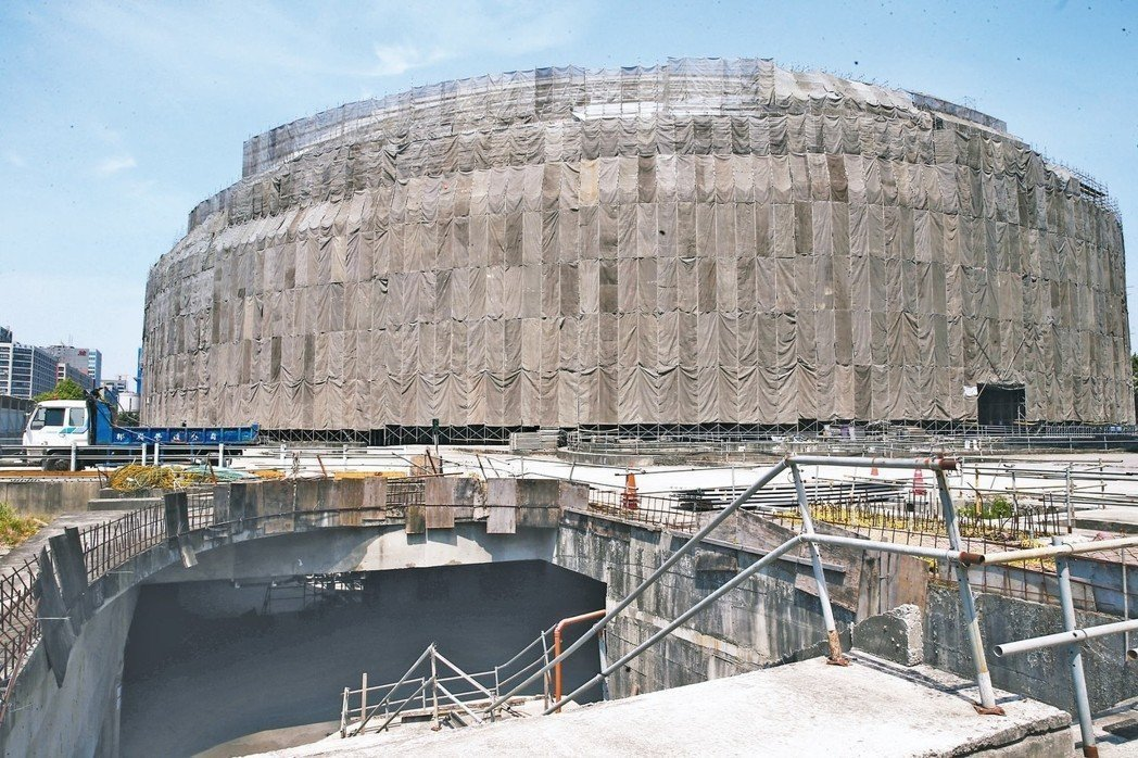 台北市長柯文哲今天上午赴議會針對大巨蛋案進行專案報告並備詢。柯文哲強調,大巨蛋的...