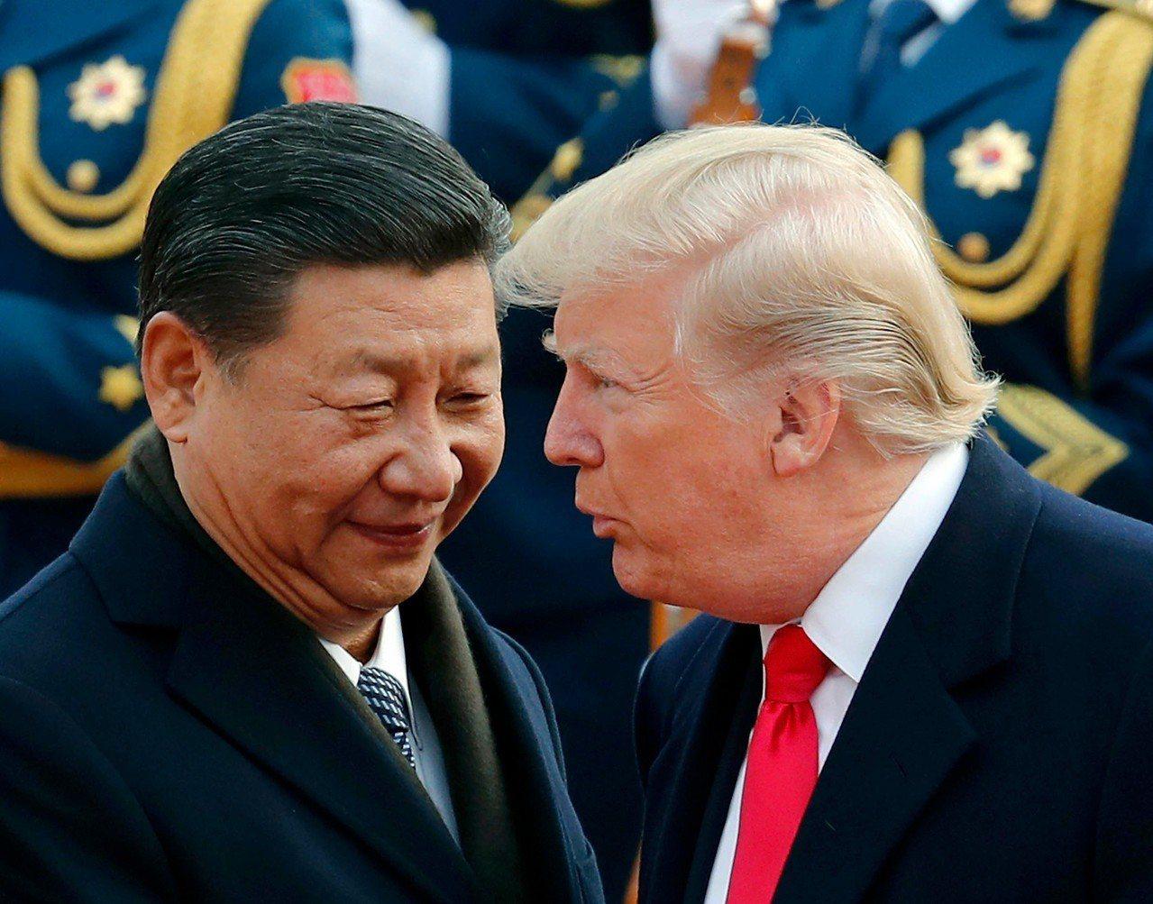 美國總統川普(左)去年11月訪問大陸,受到大陸國家主席習近平高規格款待。美聯社