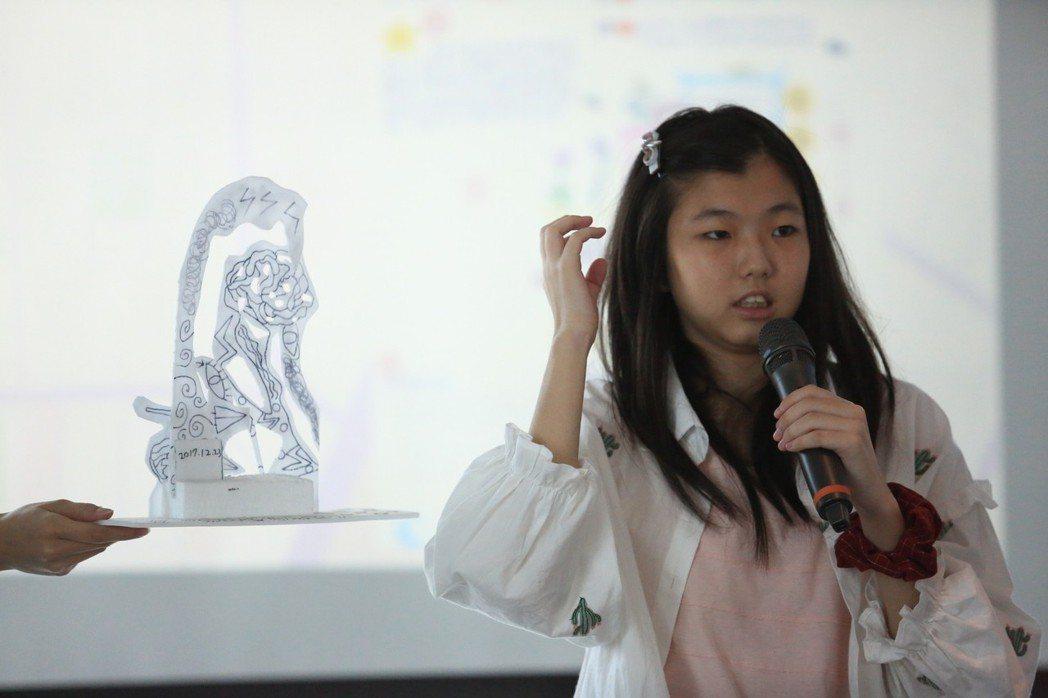 15歲的家樺,個性活潑開朗,熱愛繪畫,台語即席演講相當精彩,平常也會學著韓國女子...