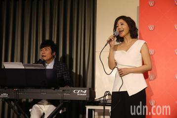 洪榮宏將和妻子張瀞云發新片並將舉行「人生車站」演唱會,今天記者會中二人先對唱新歌曲「雲中花」。