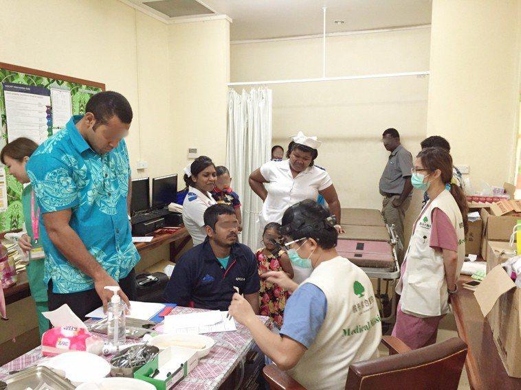 國泰醫護人員在斐濟為當地民眾看診。圖/國泰醫院提供