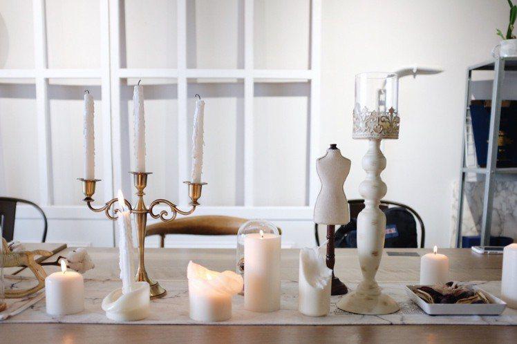 「Routine;」桌景,老闆輪流點燃白色蠟燭營造氛圍。圖/記者沈佩臻攝影