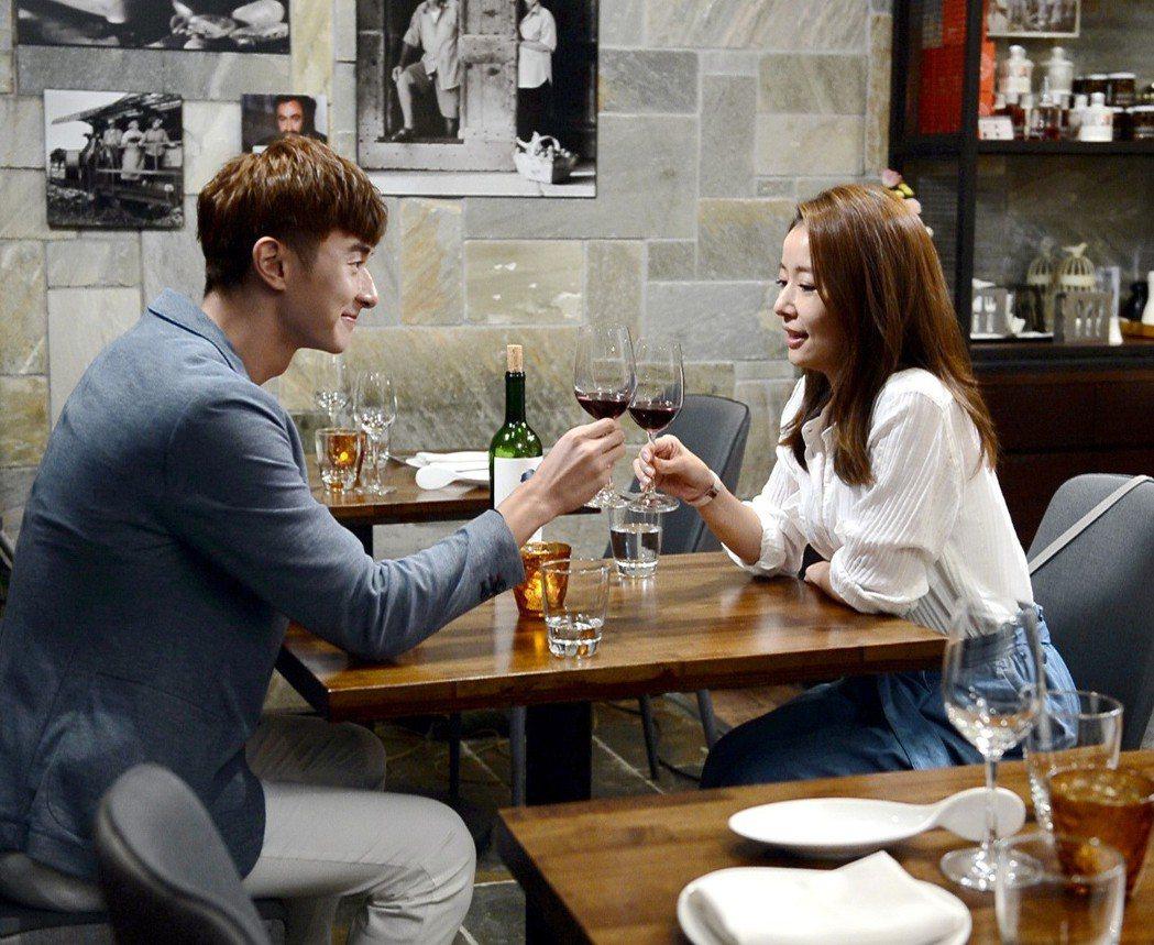 張軒睿(左)在「我的男孩」完結篇準備向林心如求婚,卻因對方喝醉破局。圖/八大提供