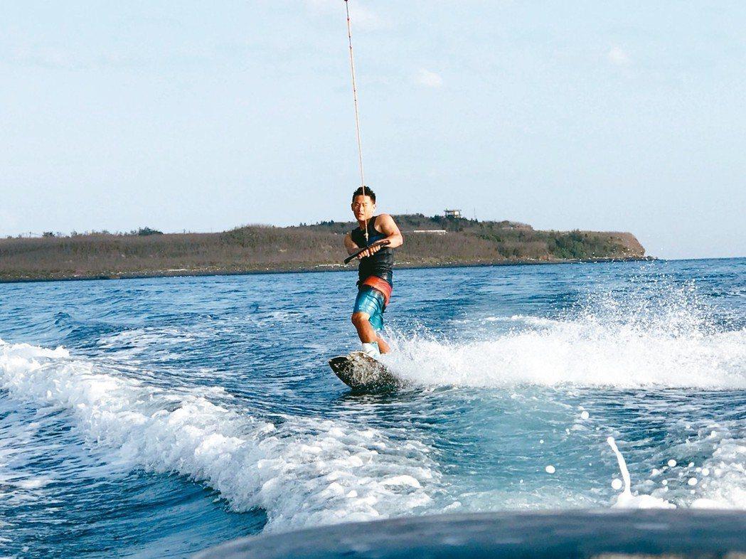 蒔裡沙灘可以體驗刺激的滑水運動。 記者陳睿中/攝影