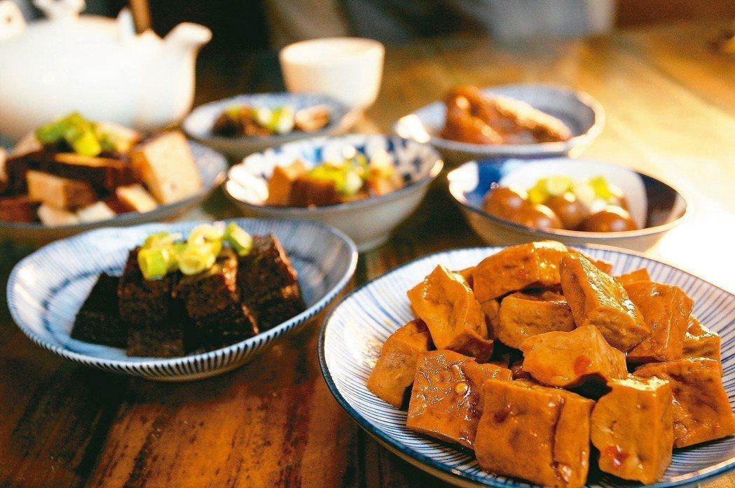 草根果子看似咖啡店,但其實供應有滷味與茶點。 記者陳睿中/攝影
